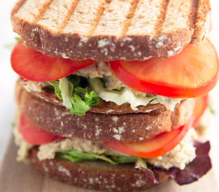 "Sandwich de ""atún"" vegano"